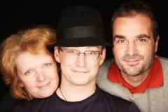 Individuo con el sombrero con sus padres (foco en el individuo en el centro) Fotografía de archivo