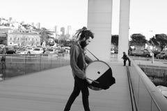 Individuo con el tambor imagen de archivo libre de regalías