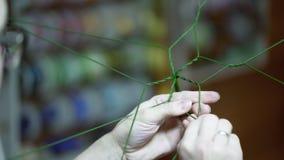 Individuo con i vetri in loro mani che torcono cavo flessibile verde archivi video