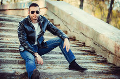 individuo con la chaqueta de cuero y las gafas de sol que llevan de la actitud hacia fuera Foto de archivo libre de regalías