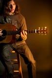 Individuo con la guitarra Imagenes de archivo