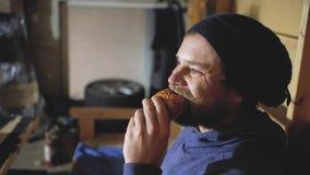 Individuo con los ojos azules con una barba y las mordeduras del bigote un bollo Inconformista elegante metrajes