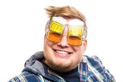 Individuo con los vidrios de cerveza Imagen de archivo