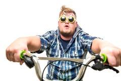 Individuo con los vidrios en una bici Imagen de archivo libre de regalías