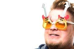 Individuo con los vidrios en una guitarra Fotografía de archivo
