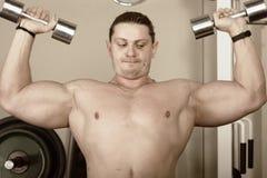Individuo con pesas de gimnasia foto de archivo