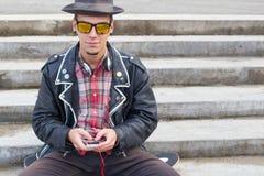 Individuo con smartphone Fotos de archivo
