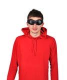 Individuo con sudadera con capucha roja Foto de archivo