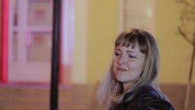 Individuo con un baile de la muchacha en la noche en el medio de la calle Opinión la muchacha almacen de video