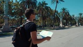 Individuo con un mapa en un parque metrajes
