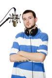 Individuo con una barba en los auriculares y el micrófono Imagen de archivo