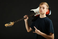 Individuo con una guitarra eléctrica Fotos de archivo libres de regalías