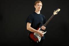 Individuo con una guitarra eléctrica Imagen de archivo libre de regalías