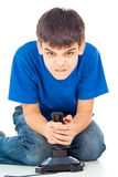 Individuo con una palanca de mando que juega a los videojuegos Imágenes de archivo libres de regalías