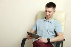 Individuo con una tableta y un reloj elegante Imágenes de archivo libres de regalías