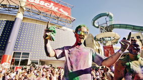 Individuo cubierto en polvo coloreado en el festival del color almacen de video