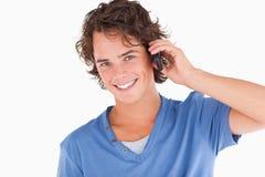 Individuo dark-haired hermoso en el teléfono Foto de archivo libre de regalías