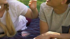 Individuo de alimentación de la muchacha adolescente con algodón dulce, divirtiéndose junto, primer amor puro metrajes