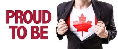 Individuo de Canadá con la bandera canadiense y el texto: Orgulloso ser fotografía de archivo