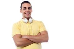 Individuo de la moda con los auriculares alrededor de su cuello Imagen de archivo