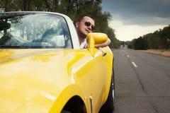 Individuo de moda en la conducción de las gafas de sol Imagenes de archivo