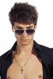 Individuo de moda joven El hombre italiano con las gafas de sol grandes y abre la camisa negra Imagen de archivo libre de regalías