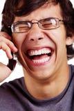 Individuo de risa con el primer del teléfono celular Fotos de archivo