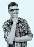 Individuo de risa con la mano en la barbilla Fotos de archivo libres de regalías