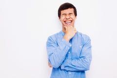 Individuo de risa con la mano en su barbilla fotos de archivo libres de regalías