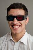 Individuo de risa en los oculares 3D Fotos de archivo