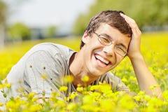 Individuo de risa en prado de la primavera Fotos de archivo