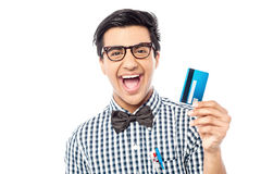Individuo de risa que sostiene la tarjeta de crédito imágenes de archivo libres de regalías