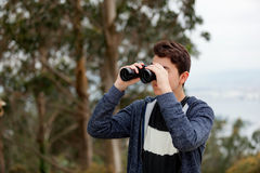 Individuo del adolescente que mira con los prismáticos Imagen de archivo libre de regalías