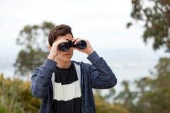 Individuo del adolescente que mira con los prismáticos Foto de archivo libre de regalías