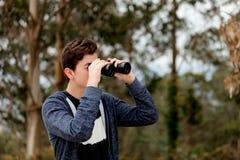 Individuo del adolescente que mira con los prismáticos Fotos de archivo libres de regalías