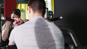 Individuo del culturista en el gimnasio que bombea para arriba las manos cerca para arriba almacen de metraje de vídeo