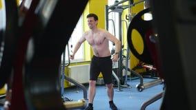 Individuo del culturista en el gimnasio que bombea para arriba las manos cerca para arriba almacen de video
