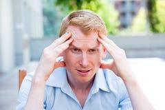 Individuo del dolor de cabeza imagenes de archivo