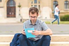 Individuo del estudiante que estudia en el parque Imagenes de archivo
