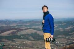 Individuo del fotógrafo en las montañas Imagen de archivo