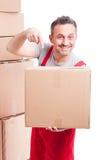 Individuo del motor que señala una caja de cartón grande Foto de archivo