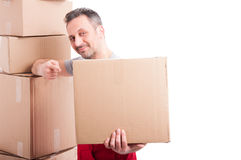 Individuo del motor que sostiene y que señala una caja de cartón grande Foto de archivo