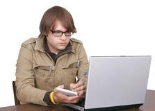 Individuo del periodista con el ordenador portátil Imagen de archivo