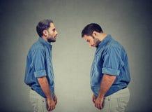 Individuo delgado que mira al hombre gordo mismo Concepto de la opción de la dieta imágenes de archivo libres de regalías