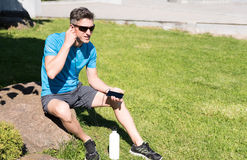 Individuo deportivo que escucha la música mientras que entrena Imágenes de archivo libres de regalías