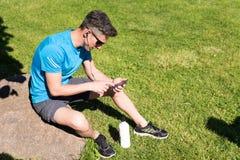 Individuo deportivo que escucha la música mientras que entrena Imagenes de archivo