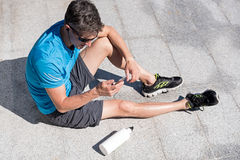 Individuo deportivo que escucha la música mientras que entrena Fotos de archivo