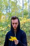 Individuo deprimido que camina en parque Fotos de archivo
