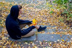 Individuo deprimido que camina en parque Imagen de archivo