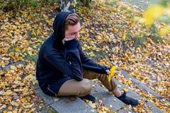 Individuo deprimido que camina en parque Imagenes de archivo